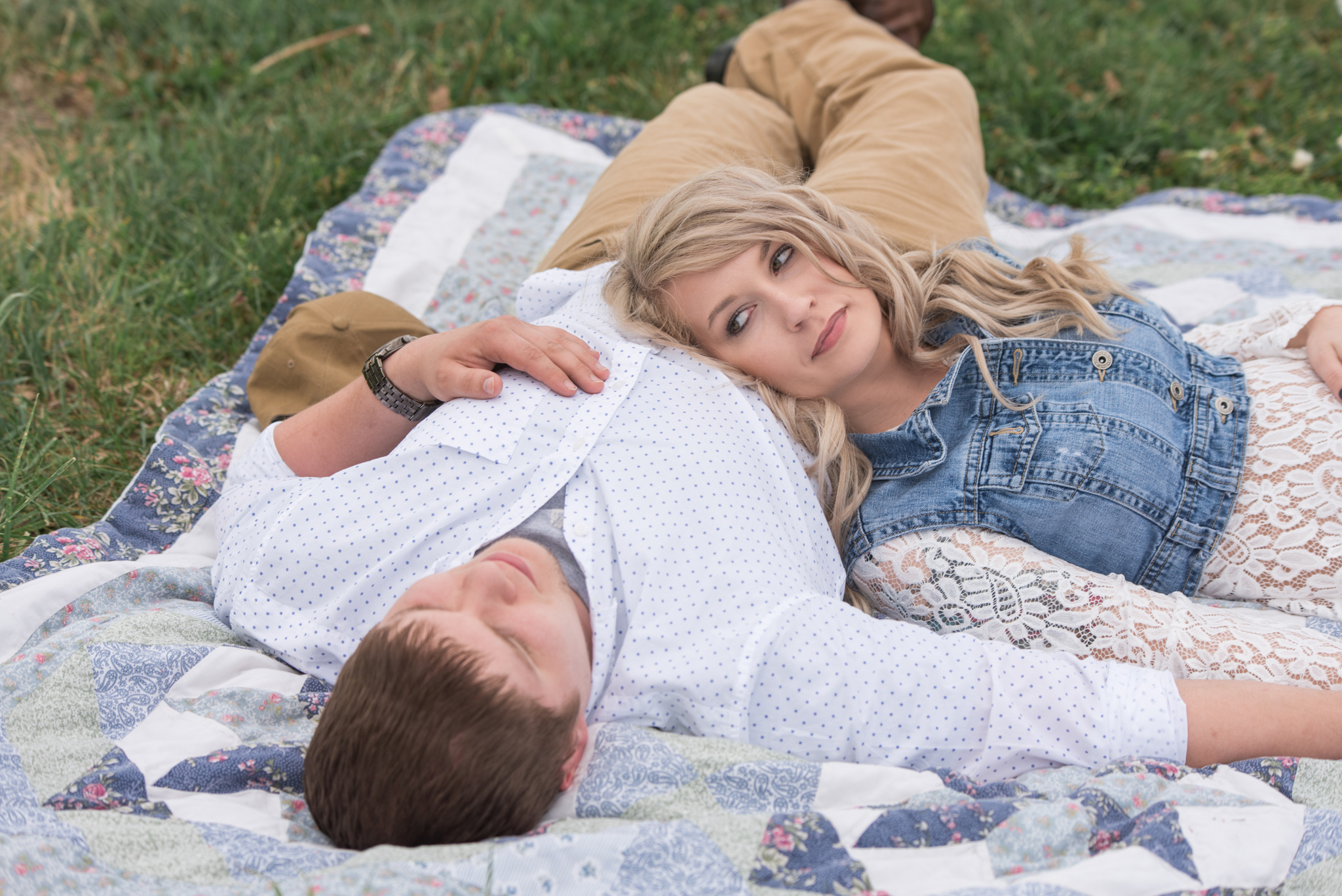 Lexington KY engagement photography of couple on picnic blanket